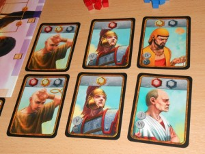 Au départ, chaque joueur sélectionne un ensemble de 6 personnages à 3 joueurs (4 seulement à 4 joueurs). Ces personnages ont deux manières d'être utilisés : pour construire des bâtiments (avec les symboles du haut) ou pour leur pouvoir spécifique lié à leur type : l'esclave n'en a pas, le légionnaire (et la vestale non choisie par moi en début de partie) permettent de lutter contre les événements qui affectent tous les joueurs, le marchand rapporte 1 denier en phase de revenu et enfin le sénateur permet d'avoir une voix lors des votes des phases 1 et 6...