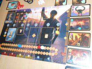Nous jouons à 3 joueurs, Tristan avec le marqueur blanc (en tête donc au score en fin de premier tour sur les cinq que comporte le jeu), Olivier avec le rouge et moi-même avec le bleu (donc bien en retard). Sur la droite, vous pouvez voir que les événements qui nous assaillent sont assez costauds et je peux vous dire que cette lutte commune contre le jeu est assez jouissive, sans parler la carte décadence du bas (non censurée qui plus est...) ;-)