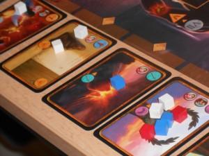 Le système de lutte contre les événements est assez superbe : on prend autant de cubes à sa couleur que de vestales et légionnaires non encore engagés puis, à tour de rôle, on les pose un à un sur les événements à venir. Ensuite, carte par carte, on récompense le joueur qui est majoritaire (un jeton santé, civisme ou loisirs) puis deux événements ne se dérouleront pas : ceux qui ont le plus de cubes dessus. En outre, celui qui totalise le plus de cubes est définitivement défaussé. Ensuite, les deux autres s'appliquent : effet indiqué en bas de la carte. C'est bien tendu et cela met en exergue les intérêts de chacun pour coopérer ou non. Mmmhhh....