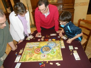 Nous jouons à 5, comme l'extension le permet, avec Yohel en bleu, Béatrice en rouge, Fabrice en orange, Tristan en jaune et moi-même en vert. A noter que ce jeu se joue debout pour être bien sûr de bien tout voir ;-)