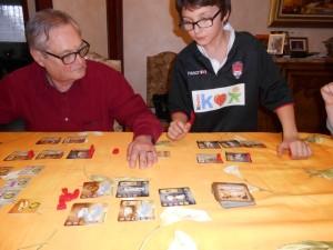 """Une fois la règle vite assimilée, nous commençons à enchaîner les """"Ave Cesar"""", enfin surtout Tristan qui prend rapidement l'avantage en réalisant des cartes très faciles..."""