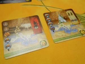 Cette fois, on choisit chacun 3 cartes parmi 6, au lieu d'un tirage purement aléatoire de 3 cartes. De mon côté, je prends ces deux-là, notamment, parce qu'elles se complètent bien : en faisant celle de droite, je pourrais ajouter 2 légions sur les chars de celle de gauche...