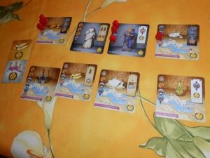 Voici la zone personnelle de Mone, une fois la partie achevée : 4 cartes réussies + 2 tuiles de bonus. C'est nettement mieux que la première partie...