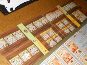 Pas de cartes dans Caverna, au contraire des très nombreuses proposées dans Agricola. Ici, elles sont remplacées par des tuiles d'aménagement de caverne, toutes différentes (sauf la pièce supplémentaire), mais en nombre assez restreint (en tout cas dans la partie dite d'initiation). Et il y en a déjà pas mal...
