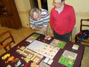 Il en faut de la place à 3 joueurs pour jouer à Caverna ! Du coup, pour bien prendre connaissance des actions disponibles, on y joue souvent debout...
