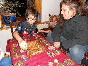 Tristan, qui adore ce jeu, se démène, s'excite, s'emporte, en bref il vit le jeu ;-)