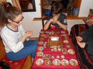 Et pif et paf, les cartes se jouent par brouettes, et le jeu vire au grand n'importe quoi ! Ca plaît toujours beaucoup à mon gone, à moi beaucoup moins, Julie et Maitena ne donnant pas vraiment leur opinion... Mais le jeu commence par contre à vraiment durer, durer... :-(