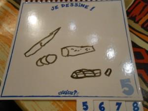 Et du coup, il dessine un couteau et des rondelles de sauc'...
