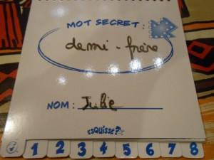 """Donc, Julie devait démarrer avec """"Demi-frère"""", ce qui, convenons-en, n'est pas du tout aisé à dessiner, encore moins à identifier..."""