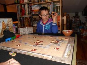 Tristan se concentre bien comme il faut, se rendant compte surtout de l'immense liberté stratégique qu'offre ce jeu. Ici, il hésite sur l'endroit le plus pertinent pour y poser un éventuel troisième chef...