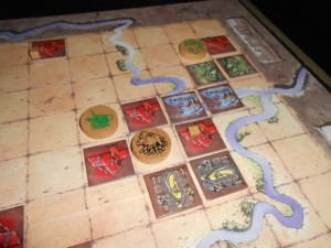 Histoire de montrer différentes facettes du jeu à Tristan, je provoque le premier conflit interne de la partie en plaçant mon chef vert dans le royaume où figure le sien. Je l'attaque à 2 contre 1, plus les tuiles que j'ajoute...