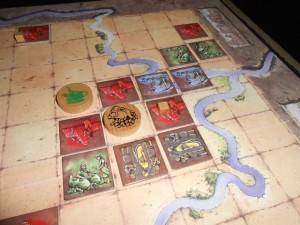 Et voilà la situation une fois le conflit en question résolu. Tristan a ainsi pu voir qu'un conflit interne peut être utile pour placer un chef dans un royaume prometteur dans la couleur du chef (en prévision des tours à venir), bien plus que pour simplement empocher un cube rouge...
