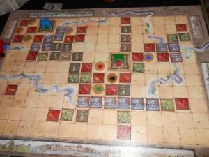 Bien. Voilà, j'ouvre les hostilités au centre, alors que la fin de partie est imminente : il ne reste plus que 3 cubes de trésor.