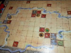 Après 3 tours de jeu, on s'aperçoit que Tristan a décidé de partir dans la construction de 2 royaumes, alors que j'ai opté pour la mise en place d'un seul, avec la pose de deux tuiles bleues, une rouge et une verte, chacun d'elles m'ayant rapporté un cube de la couleur en question...