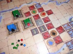 Dans le splendide royaume central, MON royaume, je place un troisième monument et je me gave de cubes à présent : 8 par tour (en comptant les deux liés aux tuiles posés) !!!