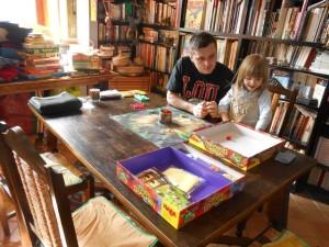 Nous jouons à deux, Leila et moi, et elle adore le jeu ! Elle réussit à en saisir les règles et se comporte très très bien, alors que le jeu était indiqué à partir de 5 ans et qu'elle en a à peine 3 et 1/2...
