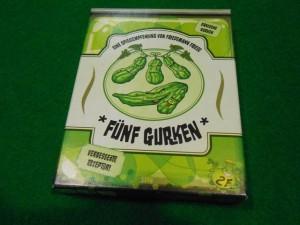 Après quelques discussions plus ou moins bièrisées ;-) je propose à mes acolytes de découvrir Fünf Gurken, un jeu de plis que j'ai adoré lors de la partie de découverte d'il y a un petit mois. Ils sont ravis de se prendre pour des cornichons...
