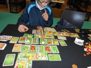 Il en faut de la place pour jouer à Loyang ! Des champs qui se décalent vers la droite à chaque fois qu'on en rajoute un ou plusieurs, malgré l'épuisement de certains en denrées, des cartes étals de marché en pagaille (en haut à droite chez mon fils), ... Et je ne vous parle pas de la quantité de denrées disséminées sur la table...
