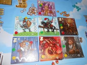 Voici une vue en fin de première manche sur six. Au début de chaque manche, chaque joueur reçoit une main de 5 cartes qu'il va épurer via un draft : on en garde une et on passe le reste, jusqu'à ce que chacun ait sa main finale de 5 cartes. De ses 5 cartes, chacun en jouera 4, à tour de rôle, pour progresser sur les 7 pistes de score. Puis, en fin de chaque manche, des décomptes ont lieu sur les pistes (certaines ne sont décomptées que 2 ou même 1 fois par partie). Et c'est tout ! Pur et malin, un peu à la Medici...