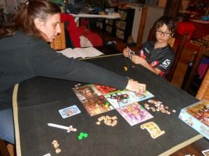 Julie aime bien les jeux purs et, de ce fait, elle ne peut qu'apprécier ce Medieval Academy qui a des relents de jeux allemands à l'ancienne ! Knizia en aurait été son auteur qu'on n'aurait pas été surpris...