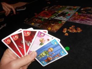 Ma main de cartes pour la troisième manche est exceptionnelle et je ne regrette pas de me l'être constituée ainsi ! Avec 3 cartes dragon + 1 roi + 1 galante, je devrais pouvoir marquer un grand coup...