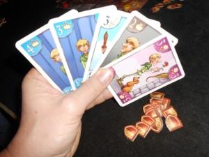 Sans trop avoir voulu les avoir en main, je me retrouve avec une carte 4 et une carte pour le roi, surtout en raison d'une arrivée très rapide sur la case 12PV de Tristan, lequel n'a plus rien à faire de ces cartes... Ferai-je un hold-up sur cette piste ? En tout cas, je couine en ce qui concerne le dragon : je vais devoir lâcher l'affaire...