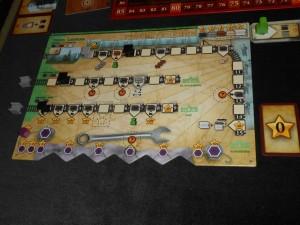 Voici mon plateau individuel en fin de première manche. Pour le moment, dans le brouillard provoqué par le système de jeu alambiqué, je ne sais pas trop où je me dirige. En fait, je pense acquérir assez vite un ouvrier vert supplémentaire sur la ligne du Trans Siberian, mais cela ne se fera que sous conditions : avoir un rail marron sur la case 3 de cette ligne, ce qui suppose que j'ai avancé le noir noir jusqu'à la case 6 et un gris au moins sur la 4, tout en ayant une puissance de locomotive d'au moins 3 !!! Tout un programme...
