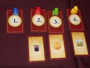 Tirage au sort des positions de chacun dans l'ordre du tour puis choix d'une carte bonus pour les 3 derniers : Tristan en jaune opte pour le X2, Ludo le gars en vert prend le rouble supplémentaire (dans l'idée de pouvoir éventuellement acheter deux conducteurs lors des manches 2 et 3 sans avoir besoin d'aller sur la case +2 roubles) et Odile en rouge fait avancer son marqueur d'industrialisation d'une case. Quant à Yohel, en bleu, en tant que 1er joueur, il n'a pas de bonus...