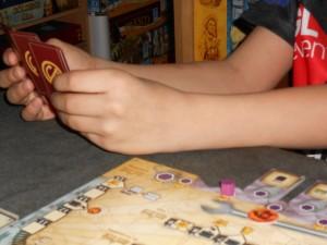 Il choisit l'une des 8 cartes présentes en moins de 3 minutes, ce qui est là encore une bonne nouvelle : la partie est rapide et fluide... A noter que son marqueur violet est déjà sur la case 20 PV !