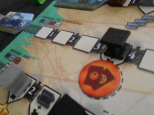 """Ca y est, ça va bouger : je place mon premier jeton """"?"""" et je prends la carte de Loco de niveau 9 que je place sur la ligne 2 et une carte bonus en rapport avec les Locos : valeur de mes Locos en PV..."""