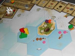 Au départ, le plateau n'est constitué que de quatre tuiles hexagonales dont l'une d'entre elles avec une île (3 cubes de ressources dessus, 3 emplacements pour des cabanes et 1 emplacement pour un dessin sur le sable). Les 3 autres tuiles représentent des cases de mer, avec du poisson (jetons roses) et des vestiges archéologiques (jetons marron). Chaque joueur débute avec un bateau placé sur la tuile de mer sans jeton.