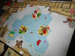Voici la situation en fin de quatrième tour, donc à mi-partie... La tuile île initiale, avec ses 4 touristes, arrive presque à saturation (limite à 5) alors que les deux autres ont encore de la marge...