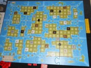Le plateau, entièrement modulaire et adapté au nombre de joueurs (9 tuiles pour 2, 12 tuiles pour 3, 16 tuiles pour 4), représente les îles sur lesquelles nous allons placer des comptoirs (quand on arrête un de ses deux bateaux sur une case ancre) et que nous allons explorer en quête de ressources (de 5 types). Sur les grandes îles, on y trouve aussi un trésor valant 3 pièces d'or. Chaque île sera accessible par la mer. Allez hop, jouons aux découvreurs !