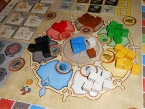Ici, par exemple, lors de la première phase de la première manche, Tristan a jeté dans la tour (laquelle ?????) pas moins de 6 cubes bleus. Il en est ressorti, après un passage dans des étages plus ou moins retenant en cubes, les cubes exposés au centre : 4 bleus, 1 blanc et 1 marron. Que faire avec ça ? Très feldien : on disposera chacun de 4 points d'action pour réaliser soient des actions bleues, soient marron soient blanches. Exclusivement...