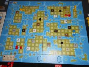 Voici la vue du plateau général en fin de première manche (sur 5), alors que Yohel a placé deux comptoirs bleus uniquement sur des grandes îles, Tristan deux comptoirs jaunes uniquement sur des petites îles et moi-même deux rouges sur une grande et une petite îles. Le jeu a l'air assez ouvert, c'est cool...
