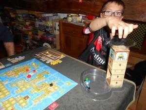 Ah, mais voilà la dite-tour ! Ici, Tristan vient de jeter les cubes bleus de la quatrième manche et il est particulièrement étonnant de voir que seuls trois d'entre retombent... Il doit y avoir du cube coincé dans cette satanée tour...