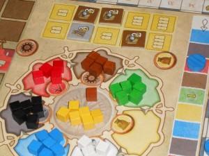 Lors du lancer des cubes jaunes, je profite à fond des 6 cubes sortis + 4 pièces d'or pour acquérir pas moins de 4 jetons ! Ces multiplicateurs, associés aux tuiles de ressources collectées sur les îles, me permettront de paraître moins minable sur la fin...