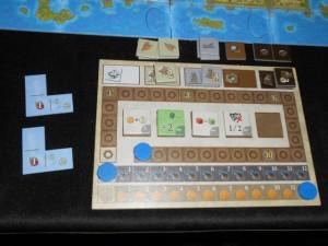 Le plateau de Yohel en fin de partie, avec une bonne gestion des pirates sur les deux dernières manches : abandon de la bataille et acquisition de la tuile qui divise les pertes par deux. Bien vu...