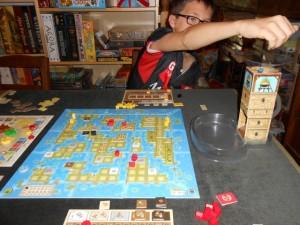 Nouvel égrenage de cubes dans la tour (admirez le cube bleu chutant...) pour le démarrage de la troisième manche...
