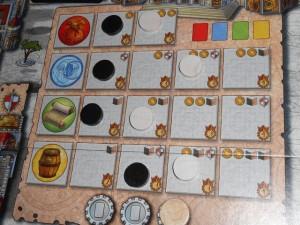 La progression de nos marqueurs sur la piste des magisters montre que Tristan termine avec 10 cartes en main contre seulement 5 pour moi, mais qu'on peut donc gagner sans s'être focalisé dessus ! Un bon point sur le jeu...