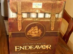 La boîte est toujours aussi magnifique, dans le style vieux sac de baroudeur avec des cartes marines à l'intérieur...