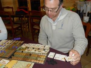 Voilà, la partie se termine et chacun, lorsqu'il passe, gère au mieux les cartes en sa possession. Ici, prince Fabrice, avec ses 10 cartes, tente de voir comment s'en sortir au mieux pour maximiser son score final...