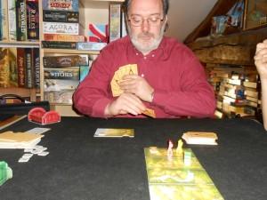 Combien jouer de cartes ? Y mettre sa tente pour bluffer, rester sur place et repiocher deux cartes ? Pas mal de petites décisions sympathiques...