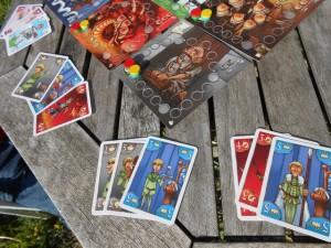 On pioche 6 cartes chacun qu'on sépare en deux lots de 3. Le fayot (rouge pour la première manche) choisit un lot chez moi, puis je prends celui qu'il me laisse avant d'en choisir un des deux chez lui, lui-même conservant le dernier. Avec ces 6 cartes collectées, on se les redivise en deux lots qu'on affecte chacun à une couleur. Compris ? C'est compliqué à expliquer mais c'est tip top...