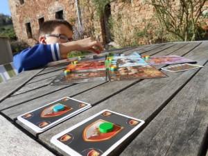 Pour identifier à quelle couleur on affecte les deux lots constitués, on pose dessus un jeton de la couleur concernée. Ensuite, on joue d'affilée les 3 cartes dans l'ordre du tour. Du coup, au final, dans une partie à deux, chaque couleur ne bénéficiera que de six fois 3 cartes = 18 cartes au lieu des 24 habituelles...