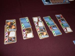 Comme nous sommes 4 à y jouer, nous étalons à chaque tour 5 lots de 3 cartes différentes. Ensuite, chacun choisira son lot pour en exécuter les actions, une par une, une fois que tout le monde aura choisi...