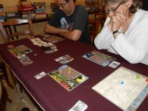 Un petit coup d'oeil sur la gauche devrait vous laisser entrevoir le grand coup d'arrêt qu'a subi notre partie : nous sommes trois joueurs sur quatre dans la première colonne ! Seule Béatrice, en bleu, semble tenir le choc...