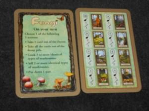 Sur la gauche la carte qui résume le tour de jeu, sur la droite celle qui liste les champignons comestibles rencontrés. A son tour, on choisit une action parmi 5 : prendre une carte de la forêt, prendre toutes les cartes écartées, cuisiner au moins 3 champignons identiques, vendre au moins 2 champignons identiques, poser une poêle.