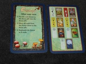 Sur la gauche le résumé de la fin d'un tour, sur la droite la fin des cartes qu'on peut trouver en forêt. Alors, pour revenir aux champignons comestibles (comme les morilles en haut à gauche), il y a 3 valeurs : le nombre de cartes (ici 3), les points de saveur (ici 6) et le nombre de bâtons en cas de vente (ici 4). Les autres cartes ont des effets particuliers, assez simples : l'amanite tue-mouches fait descendre la taille maximale de sa main à 4 au lieu de 8, le beurre peut être cuisiné avec au moins 4 champignons pour relever leur saveur de 3 points, le cidre aussi mais avec au moins 5 champignons pour relever leur saveur de 5 points, la poêle permet de faire cuire une série de champignons, le panier élève de 2 points la taille maximale de sa main, enfin la pleine lune permet de piocher une carte de nuit correspondant forcément à 2 champignons identiques (les champignons ramassés la nuit sont paraît-il meilleurs...).