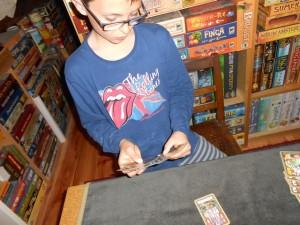 Tristan choisit de prendre l'amanite tue-mouche pour vider un peu sa main, ne pouvant plus trop faire grand-chose (j'ai pris intentionnellement dans la forêt la seule carte qui l'aurait intéressé)...